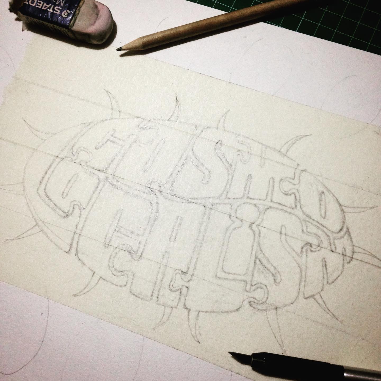 A punt per retallar la plantilla sobre el paper d'aquarel·la per donar color a la caligrafia