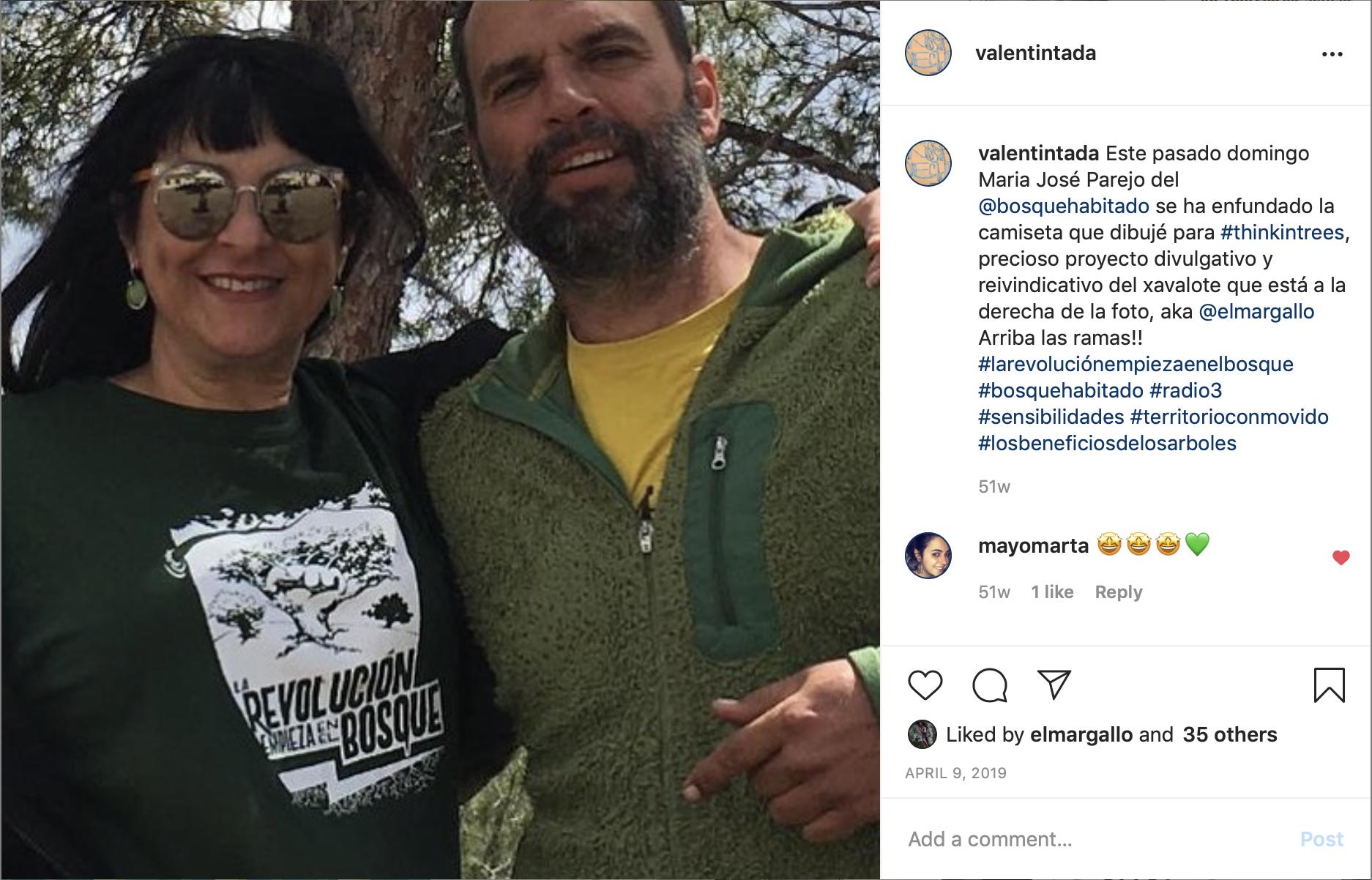 """L'impulsor del projecte Think in trees, l'arborista Àlex Cuadrado, amb la Mª José Parejo, presentadora del programa """"El bosque habitado"""" de Radio3, lluint la samarreta de """"La revolución empieza en el bosque"""""""
